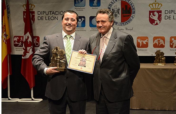 El responsable de Marketing y Publicidad de Embutidos Pajariel, Fernando Fernández,  recogió el premio de mejor equipo. (Foto: Daniel Quiterio; Infobierzo)