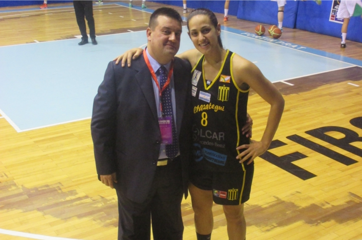 'Chiqui' Barros posa junto a Andrea Boquete, jugadora del Berazategui a la que dirigió en Bembibre.